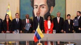 El Gobierno y un sector opositor de Venezuela presentan una mesa de diálogo.