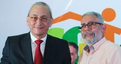 Ceballos entrega un reconocimiento a Jorge Subero Isa.
