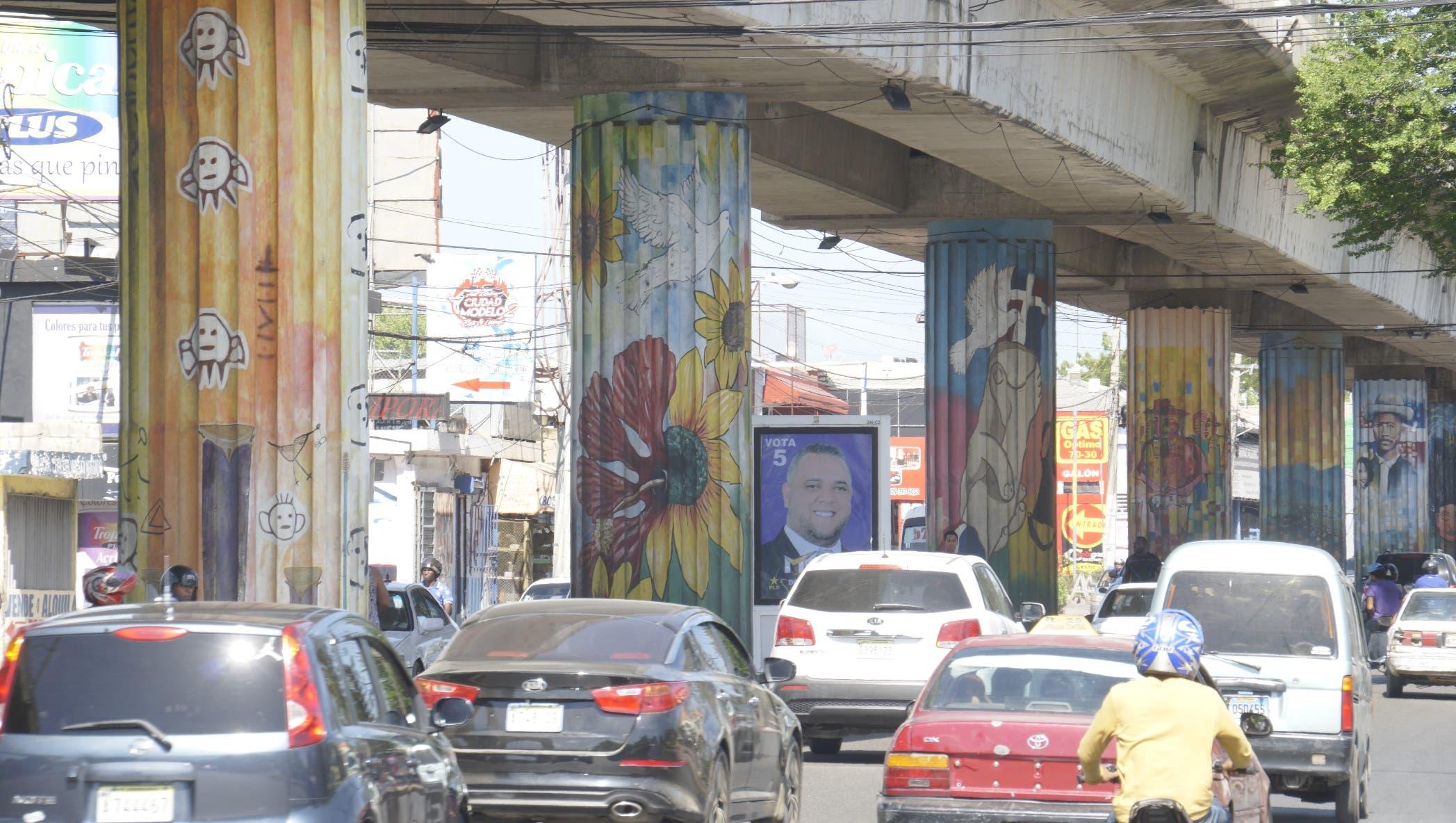 Las columnas del Metro han sido convertidas en murales que acentúan la riqueza cultural de V illa Mella y que se confunden con el caos del tránsito.  Elieser Tapia