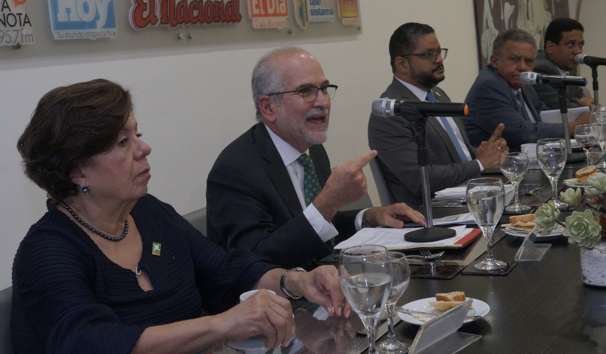 Miriam Díaz, Francisco Álvarez,  Heiromy Castro, periodista Juan Bolívar Díaz y Carlos Pimentel durante su participación en el almuerzo.  AGENCIA FOTO