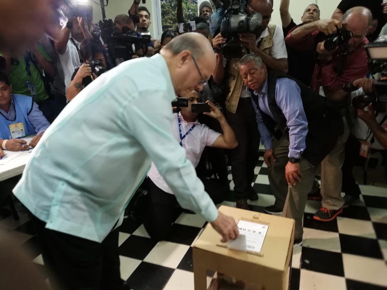 Hipólito Mejía ejerce su derecho al voto; dice confía en voto automatizado