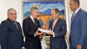 Ministro de Hacienda, Donald Guerrero, entrega presupuesto al presidente del Senado.  AGENCIA