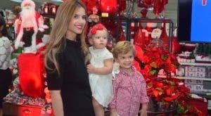 Cynthia González de Mármol junto a sus hijos.