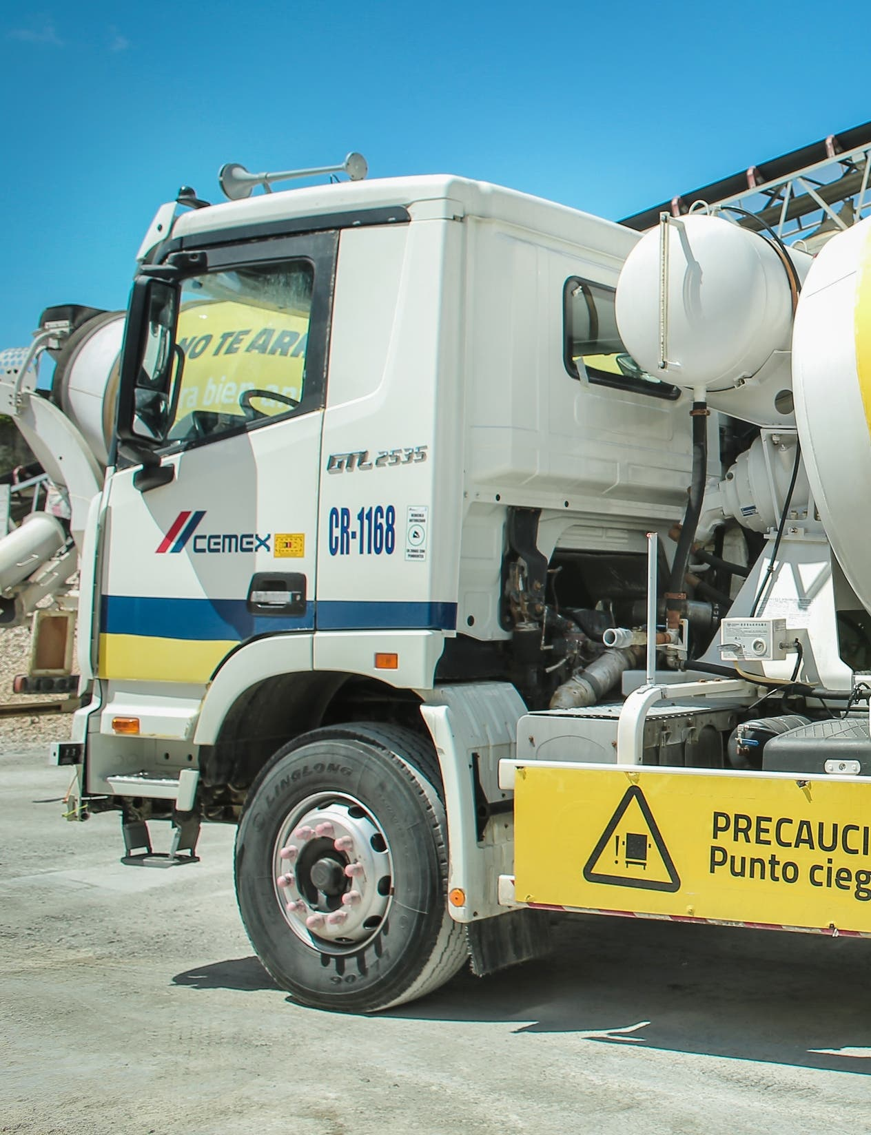 Nueva flotilla de camiones de Cemex Dominicana.