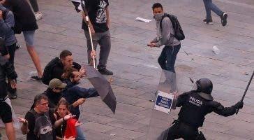 Policías arremeten contra los manifestantes.