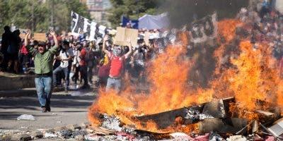En Chile  siguen los disturbios.  Farmacias y supermercados son saqueados y luego quemados.