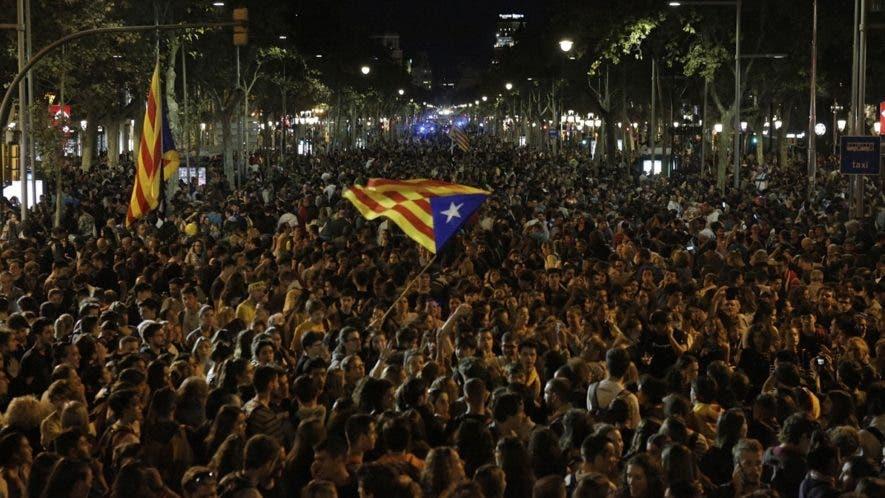 Independentistas protestan por la condena a nueve de sus líderes por sedición.
