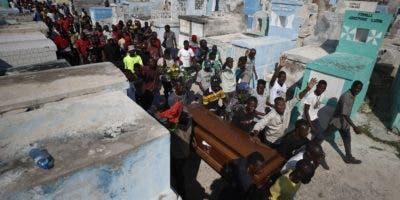 Miles de haitianos asistieron ayer  a los funerales de personas  muertas en las manifestaciones.