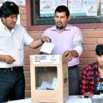 El presidente Evo Morales en el momento de sufragar ayer en el colegio electoral de La Paz.