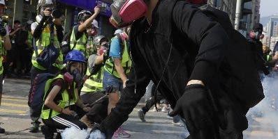 Marcha masiva en Hong Kong desafía el veto policial.