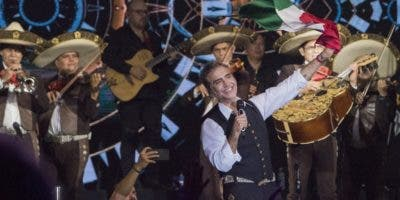 Acompañado de un mariachi, Alejandro Fernández interpretó la segunda parte de su concierto.  fuente externa.