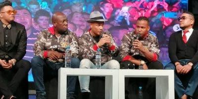 Los integrantes del grupo Nueva Era, en los extremos, y en  el centro los nuevos cantantes del Grupo Niche en rueda de prensa.