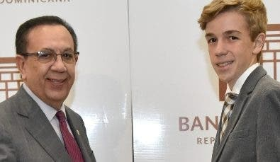 Héctor Valdez Albizu entrega su premio al joven  Manuel Actis Cassa.