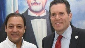 Abel Martínez junto al senador   Barry Finegold.