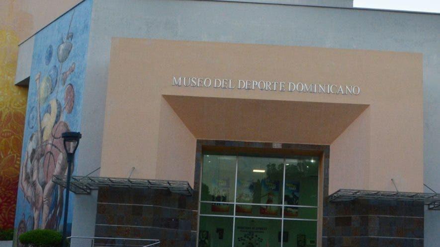 Fachada principal del Museo del Deporte Dominicano, abandonado por las autoridades del Miderec.  Ana mármol
