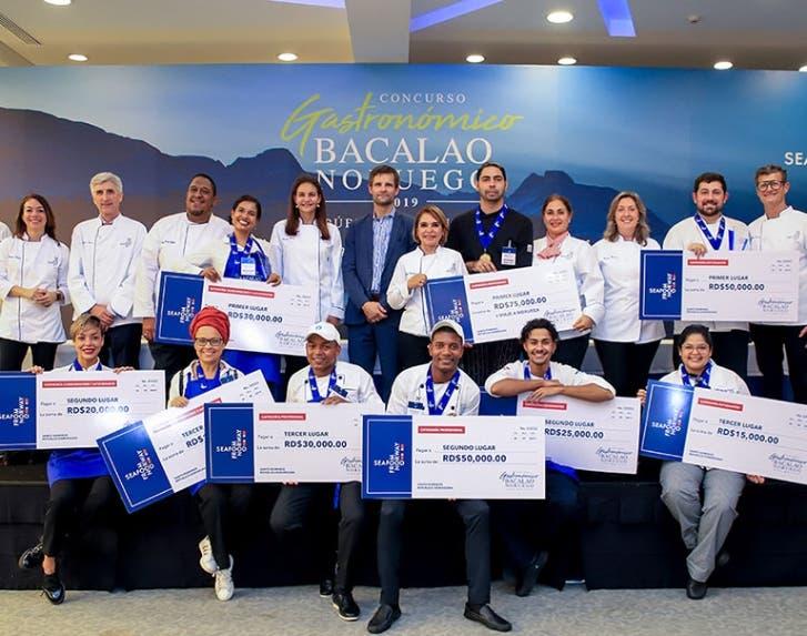 Los ganadores de las diferentes categorías  junto a los miembros del jurado.