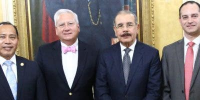 Danilo Medina junto al embajador guatemalteco en el país y los representantes de Solid.