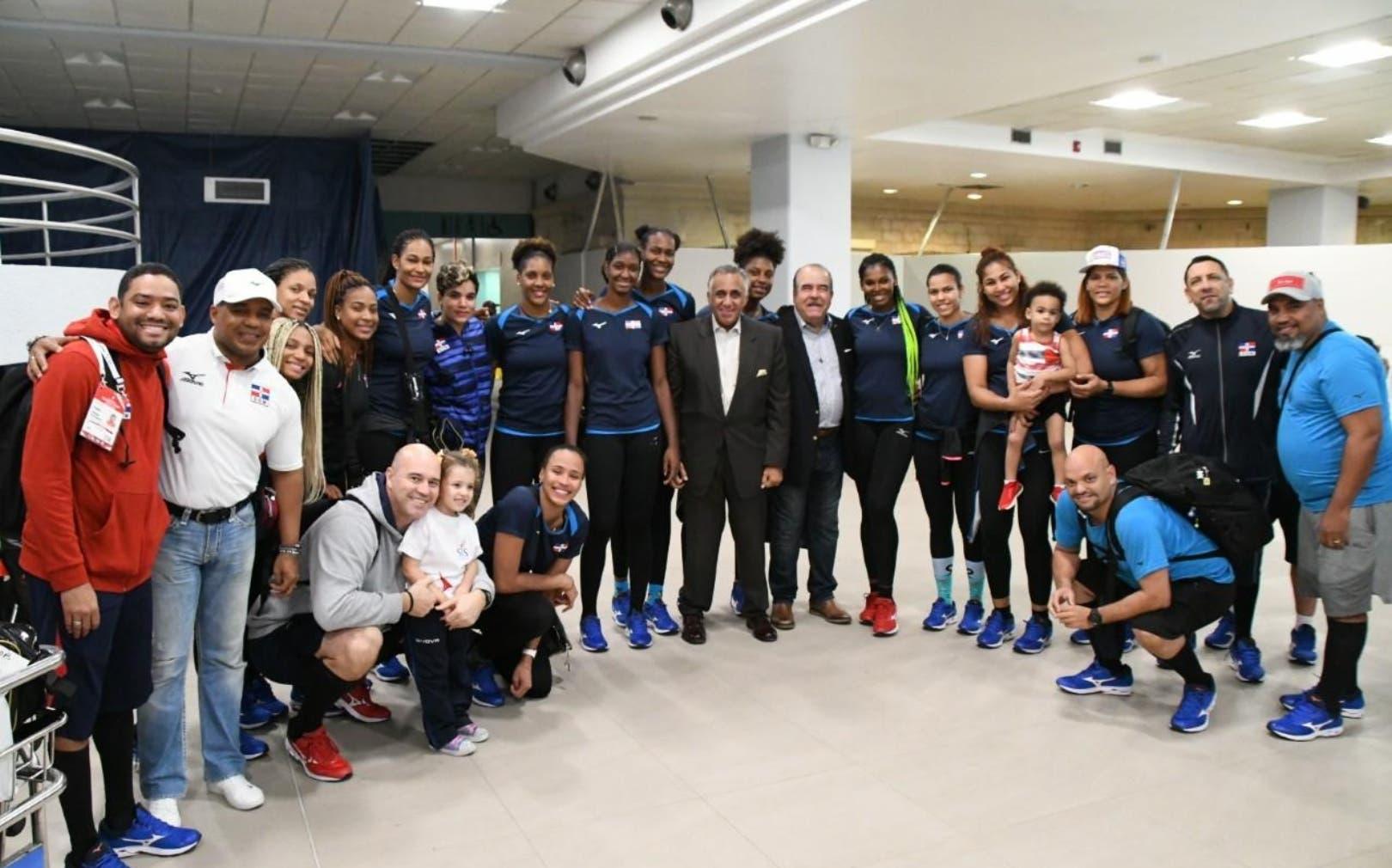 La    selección de voleibol a su llegada ayer  al Aeropuerto Internaacional de Las Américas.