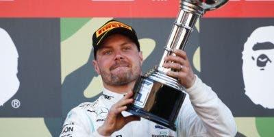 Valtteri Bottas celebra triunfo y el de Mercedes Benz.  AP