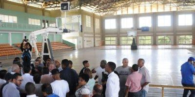 Peña Mirabal, Mariotti y las autoridades locales observan los trabajos en Sabana Grande de Boyá.  Carlos Alonzo