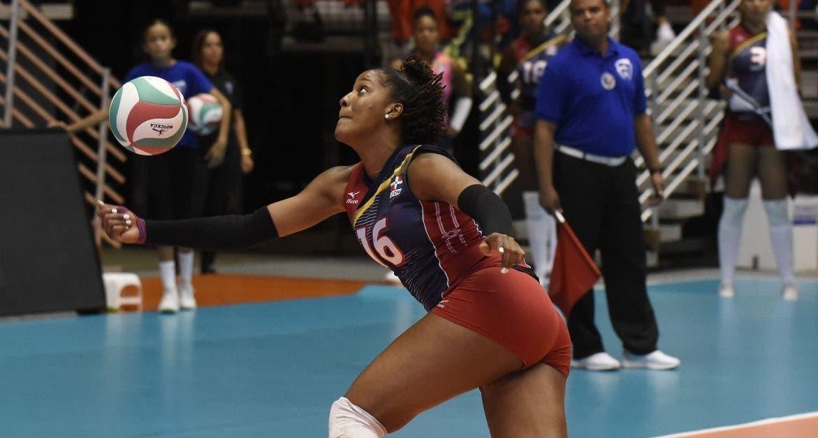 La dominicana Yonkaira Peña trata de salvar una bola en el segundo parcial.  eldía