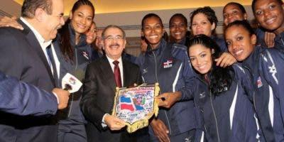 El presidente Danilo Medina compartió con la selección nacional de voleibol y sus directivos en Italia, en el pasado Campeonato Mundial celebrado en 2014.