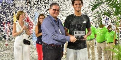 Raúl Rizik  premia al campeón  Juan Pablo Varillas.