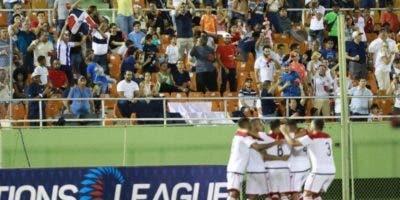 La selección dominicana celebra un  gol ante el público.  fe