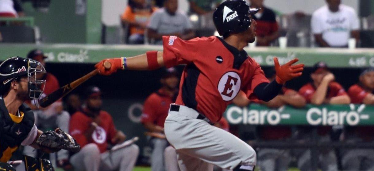 Iván Castillo bateó de 5-3 en la derrota del Escogido frente a los Toros.  AGENCIA FOTO