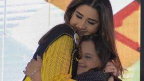 María se abraza con la madrina saliente Jamie Perelló.