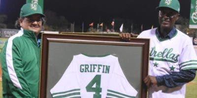 Miguel Feris entrega camiseta   a Griffin. Alberto Calvo