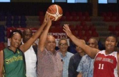 Rafael -Cucho- Abreu     se dispone hacer el saque de honor.