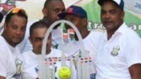jugadores del equipo Los Famosos celebran  título. EXTERNA