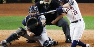 Houston Astros' Jose Altuve hits a two-run walk-off t José Altuve  hace contacto con la bola, enviándola de jonrón con un compañero a bordo.