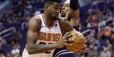 Deandre Ayton apunta a  convertirse en uno de los centros más dominantes de la NBA.  AP