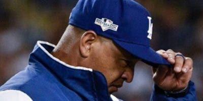 Dave Roberts  está en  ojo de la tormenta por caída Dodgers .  AP