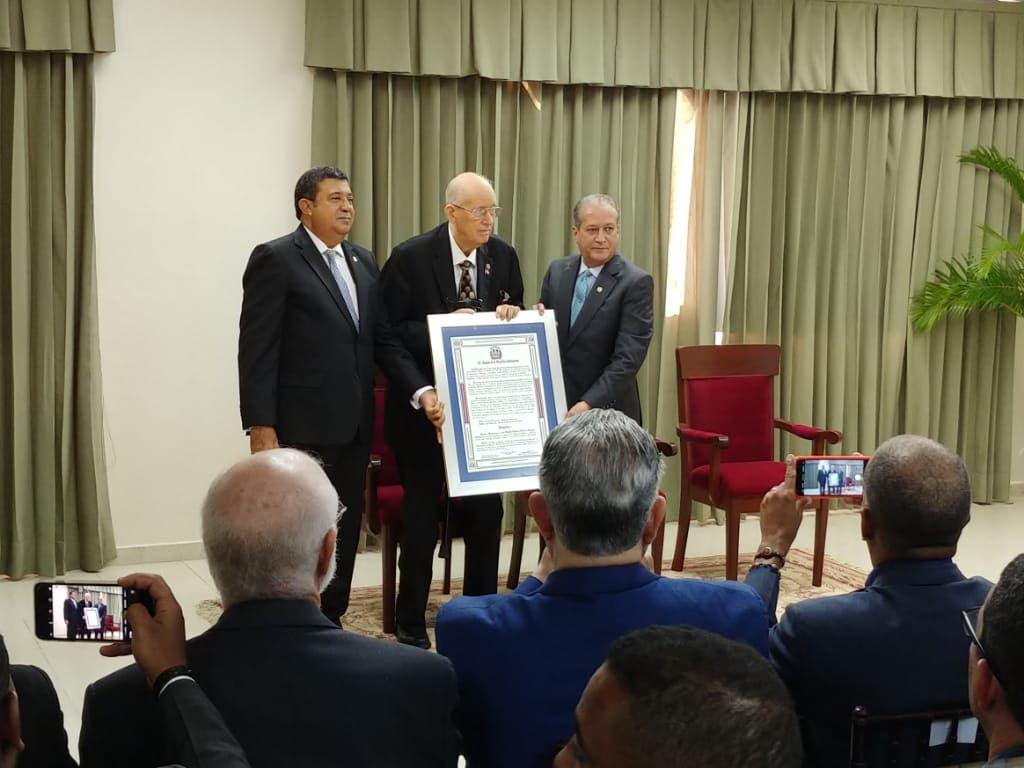 El Senado reconoce alperiodista Cuqui Córdova