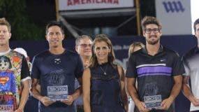 Ligia Bonetti, presidenta del Grupo SID, premia ganadores.