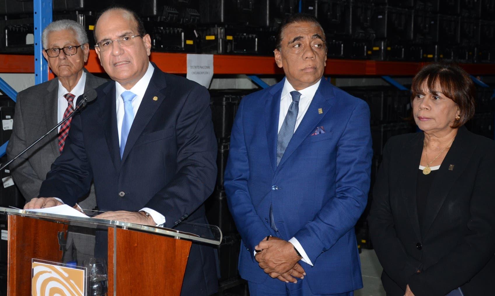Julio César Castaños Guzmán junto a integrantes titulares anunció ayer el conteo total en las juntas municipales.