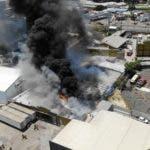 Vista del incendio   que en julio afectó los almacenes de la Junta, donde estaban los equipos para las primarias.  ARCHIVO