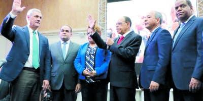 En nombre de la CNE Lidio Cadet tomó el juramento a Castillo  y los demás candidatos.  Nicolás Monegro