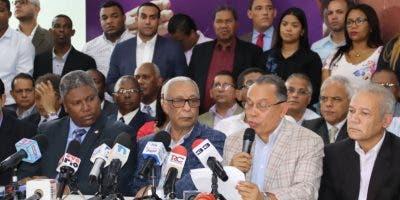 Radhamés Jiménez leyó el documento que validaba las renuncias.  FUENTE EXTERNA