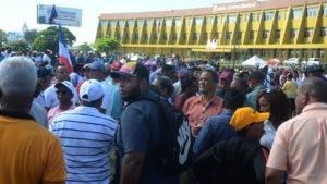 Centenares de personas acudieron a la JCE a protestar por los resultados de las primarias.