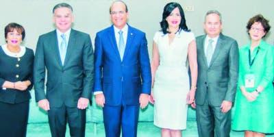 La cúpula empresarial junto  con  el presidente  de la Junta.