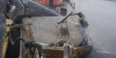 Vsta parcial de la embarcación incendiada.