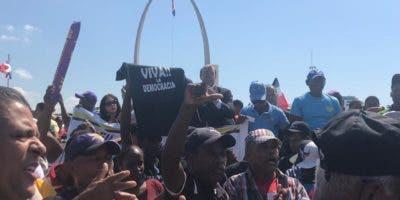 Manifestantes se aglomeran ante la JCE para protestar por fraude en primarias.
