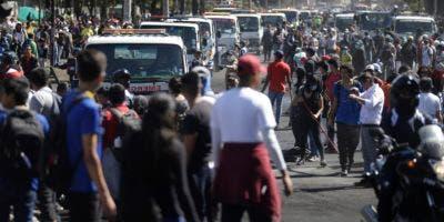 Autobuses de servicio se forman para retirar basura dejada tras las protestas contra el gobierno en Quito, Ecuador, el lunes 14 de octubre de 2019. (AP Foto/Fernando Vergara)