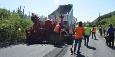 Obreros de Obras Públicas durante el asfaltado de la vía.