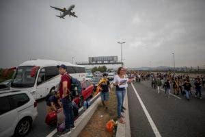 Los manifestantes que se congregaron en el aeropuerto El Prat luego de ser convocados por la organización Tsunami Democrático, que apoya la independencia de Cataluña.