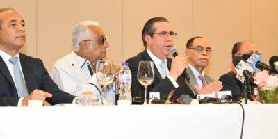 Francisco Javier García lee el documento durante rueda de prensa.